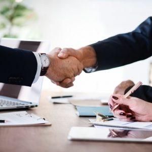 Handschlag mit einem externen Datenschutzbeauftragten